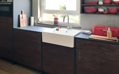 Projekt Deizisau Küche aus Fenix Supermatt Anthrazit mit Altholzfront