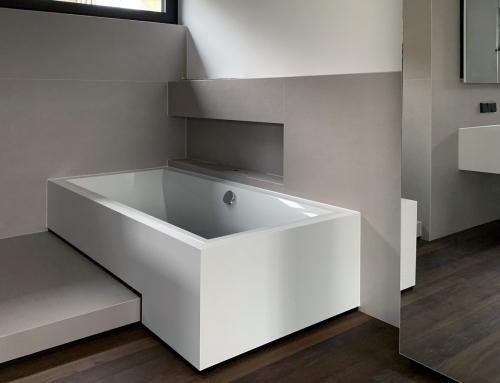 Projekt Esslingen Badewannenverkleidung, Waschtischunterschrank und Spiegelschrank aus Corian