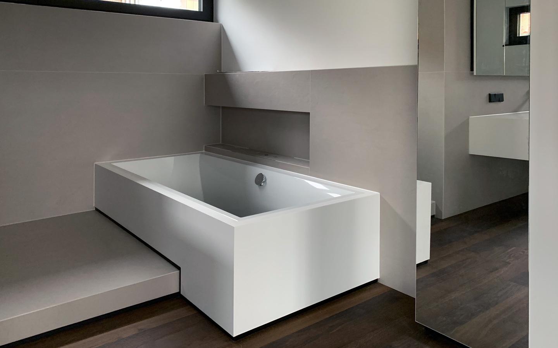 Esslingen Badewannenverkleidung, Waschtischunterschrank und Spiegelschrank aus Corian